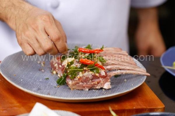 ướp thịt dê với gia vị