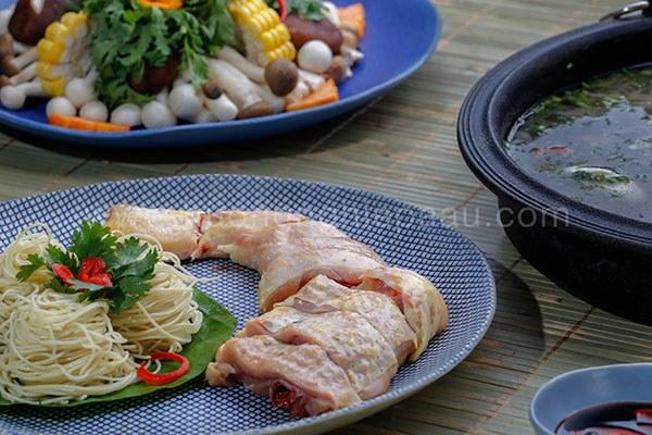 Cách làm lẩu gà nấu nấm thơm nức ngày mưa