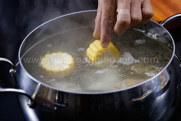 nấu nước dùng lẩu gà nấu nấm