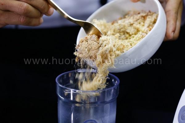 xay nhuyễn các nguyên liệu làm muối rang