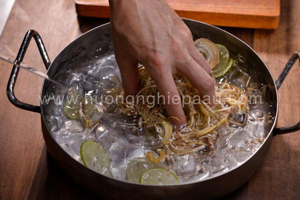 bắp chuối cắt lát ngâm vào nước đá
