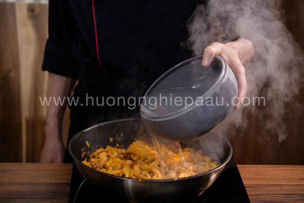 xào thịt gà rồi cho nước vào nấu nước dùng