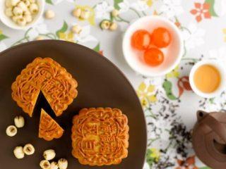 Làm bánh trung thu truyền thống của người Hoa