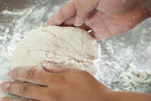 nhào bột mịn làm bánh pizza