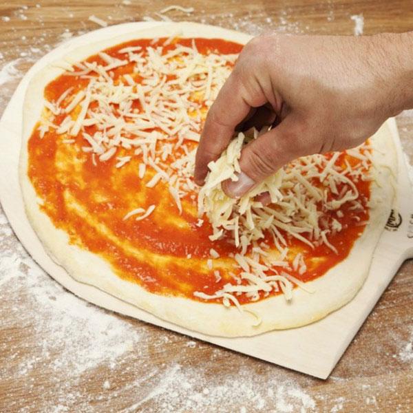 quét sốt cà chua và phô mai que lên bánh