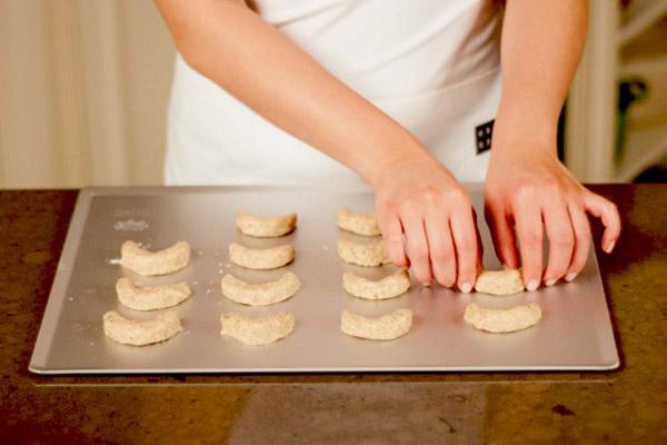 tạo hình bánh vanilla crescent cookies