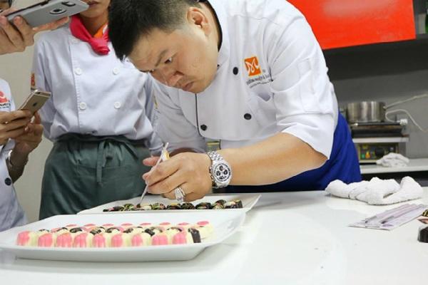 giảng viên hướng dẫn tạo hình chocolate