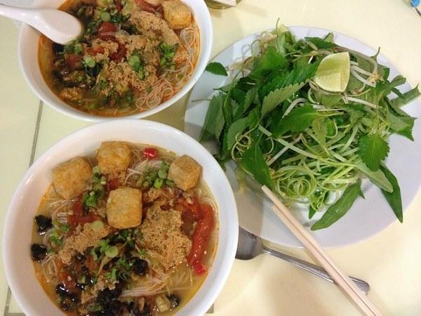 Món Bún Riêu nóng hỏi hấp dẫn dùng kèm các loại rau sống