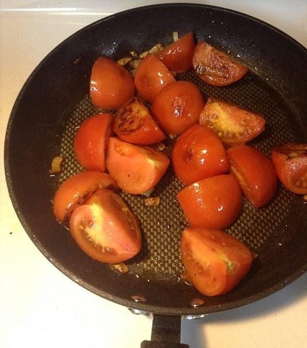 Xào cà chua làm bún riêu cua
