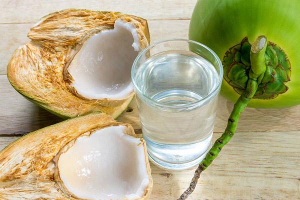 Tách lấy nước dừa xiêm