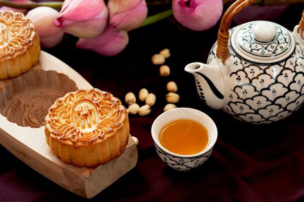 Bánh trung thu kèm một ly trà nóng