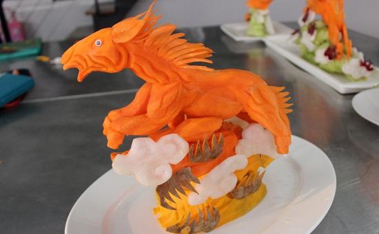 cắt tỉa cà rốt hình con ngựa