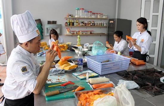 học viên thực hành cắt tỉa cà rốt