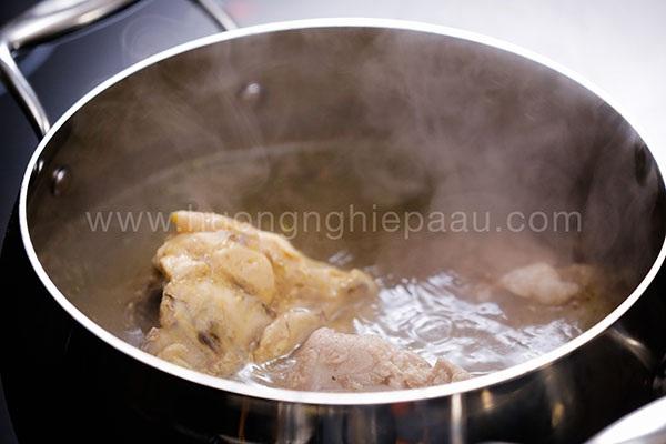 chần xương gà và xương ống nấu nước dùng