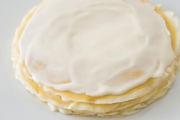 quét kem lên mặt bánh