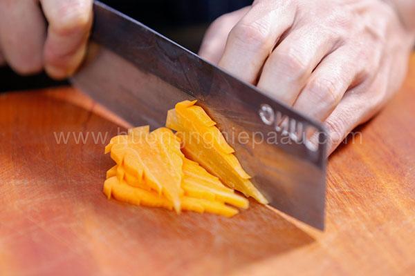 cắt tỉa cà rốt hình lá thông