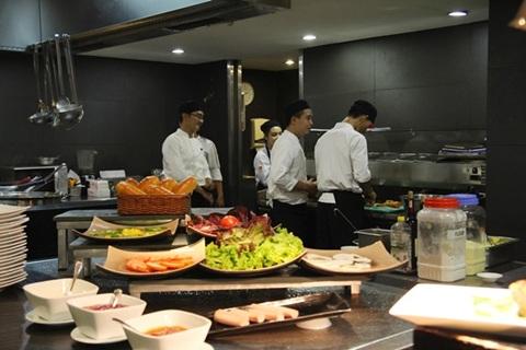 khu vực bếp mở khách sạn eastin grand saigon