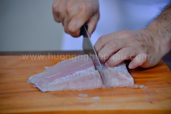 thái thịt cá và cắt khúc vừa ăn