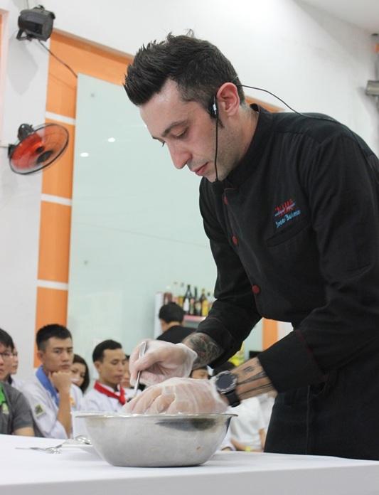 Bếp trưởng Ivan Barone chăm chút cho từng món ăn