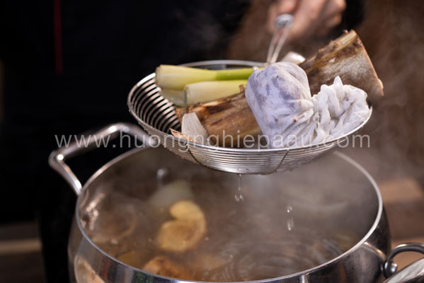 vớt nguyên liệu để nước dùng trong