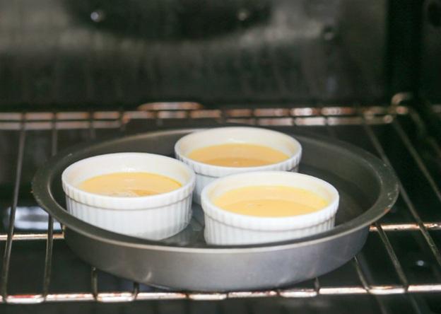 nướng bánh trong lò với nước ngập nữa khuôn