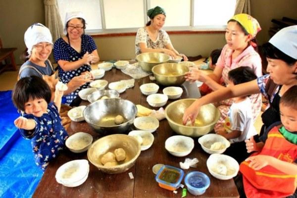 Phụ nữ nhật làm bánh