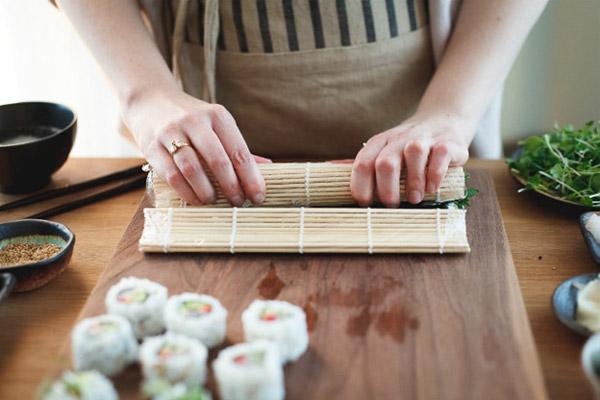 Dùng thanh tre để cuộn sushi