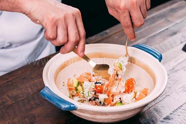 trộn salad bơ cá hồi xông khói
