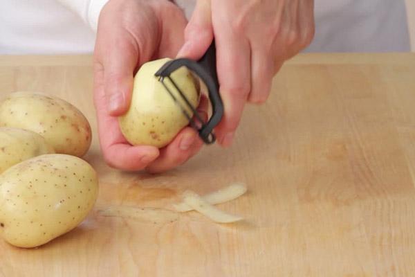 gọt vỏ khoai tây
