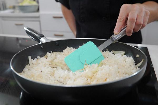 Cho cơm vào chảo