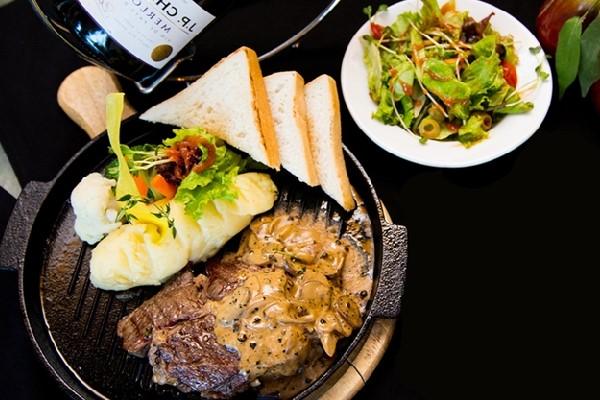 Ăn thịt bò cùng salad khoai tây
