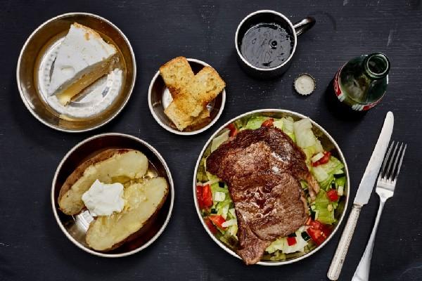 Bò bít tết ăn cùng salad