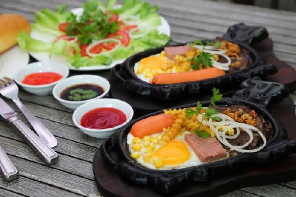Bò bít tết trứng ăn kèm salad