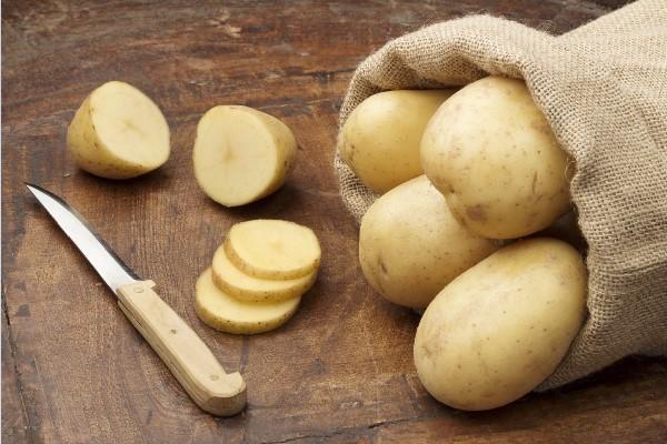 Thái khoai tây theo hình lát mỏng