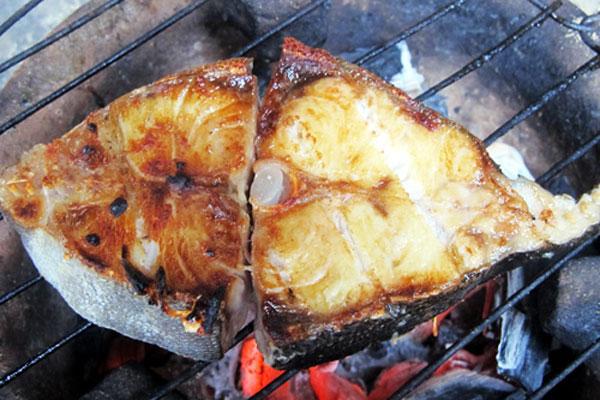 Nướng cá bớp trên bếp than