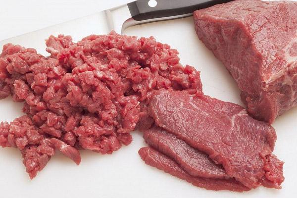 Thái nhỏ thịt bò rồi đem xay