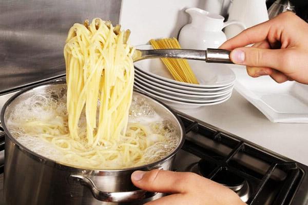 Vớt mì Ý ra để ráo nước