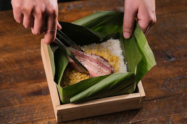 Cho lần lượt các lớp gạo, đậu xanh, nhân thịt