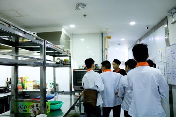 học viên tham quan bếp tại Majestic Premium Hotel Nha Trang