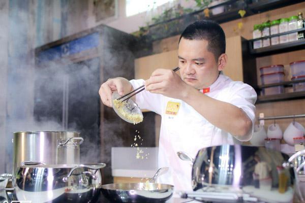 Đầu bếp võ quốc đam mê nấu ăn