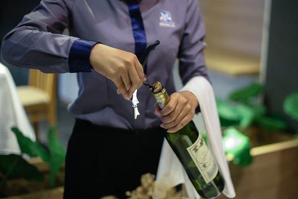 phục vụ rượu vang