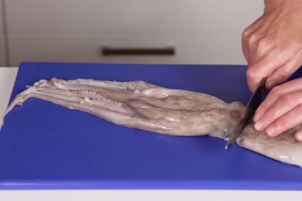 tách đầu và xúc tu bạch tuộc để làm sạch