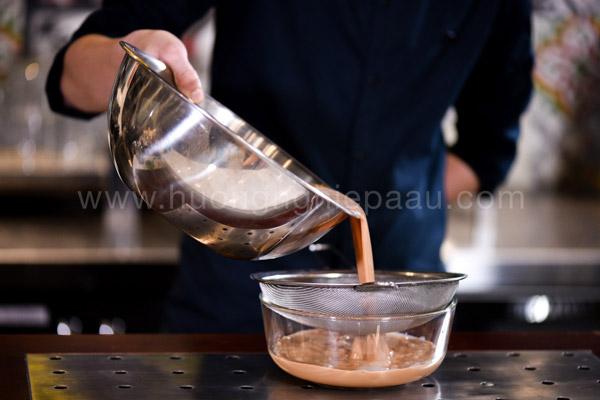 Lọc trà sữa để tạo nên trà sữa