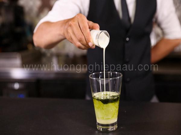 Pha hỗn hợp trà xanh và sữa