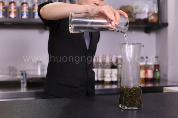 Sử dụng nước sôi 95 độ C để hãm trà