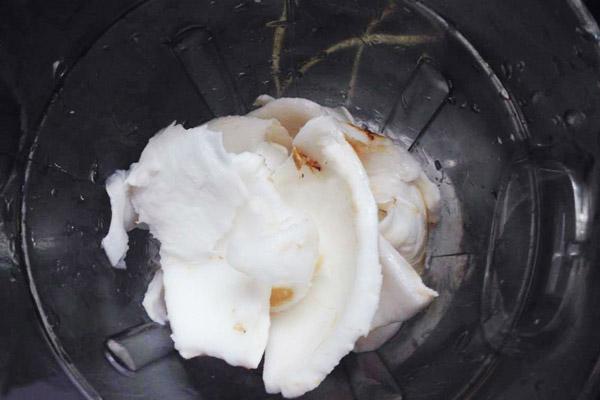 Cắt nhỏ cơm dừa để dễ xay sinh tố