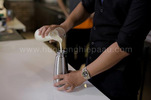 Cho hỗn hợp vào trong bình xịt kem tươi