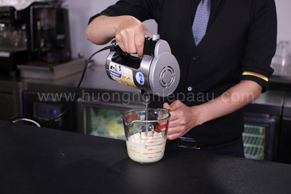 Đánh milk foam độ sánh mịn