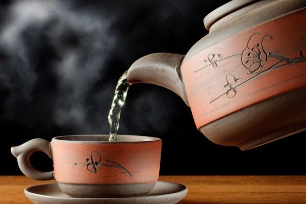 Dùng ấm trà để pha trà sâm dứa