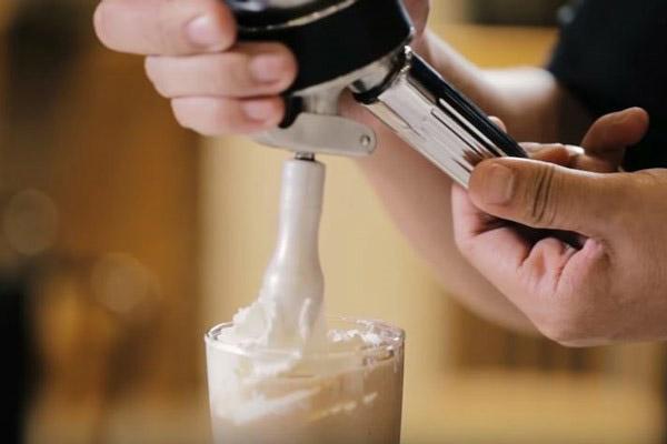 Rót café đá xay ra ly
